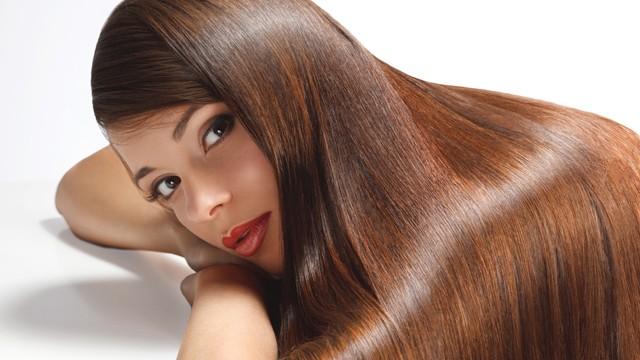 how to straighten your hair model brunette - Τα καλύτερα tips για super ίσια μαλλιά